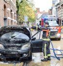 Auto in brand in binnenstad